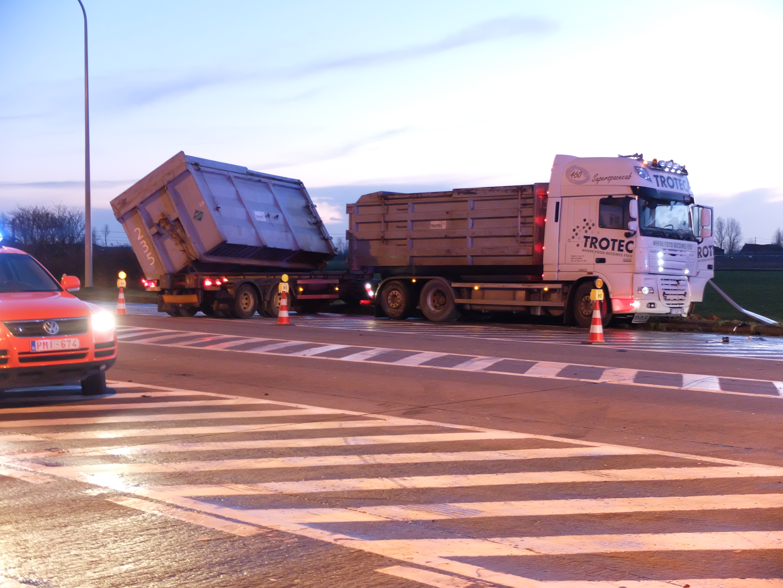 vrachtwagen in sloot gereden